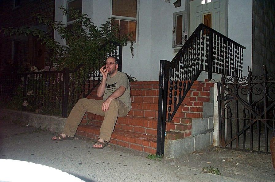 Sitter-och-roker-pa-trappan